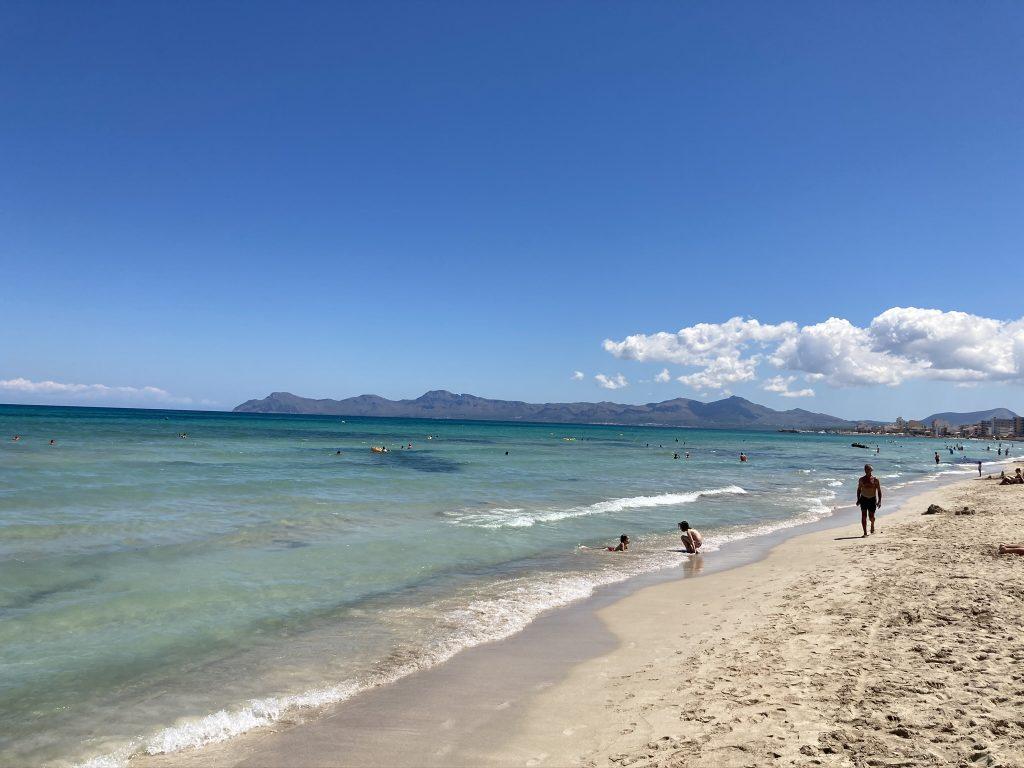 Leerer Strand von Can Picafort auf Mallorca