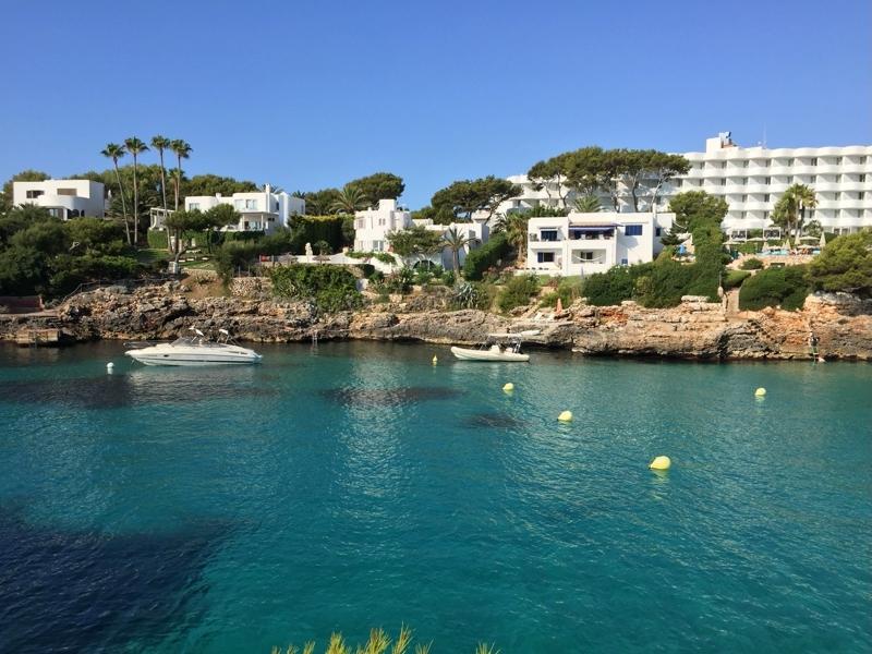 Strand und Bucht Cala Esmeralda in Cala d'Or auf Mallorca