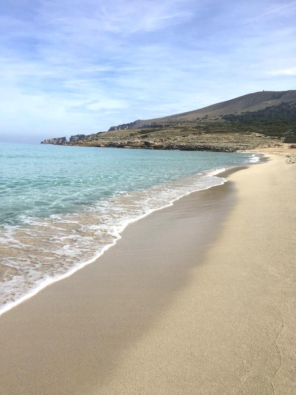 Glasklares Wasser am Mallorca Strand der Cala Mesquida