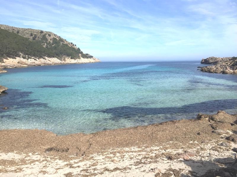 Die Cala Moltó auf Mallorca. Der benachbarte Strand der Cala Agulla.