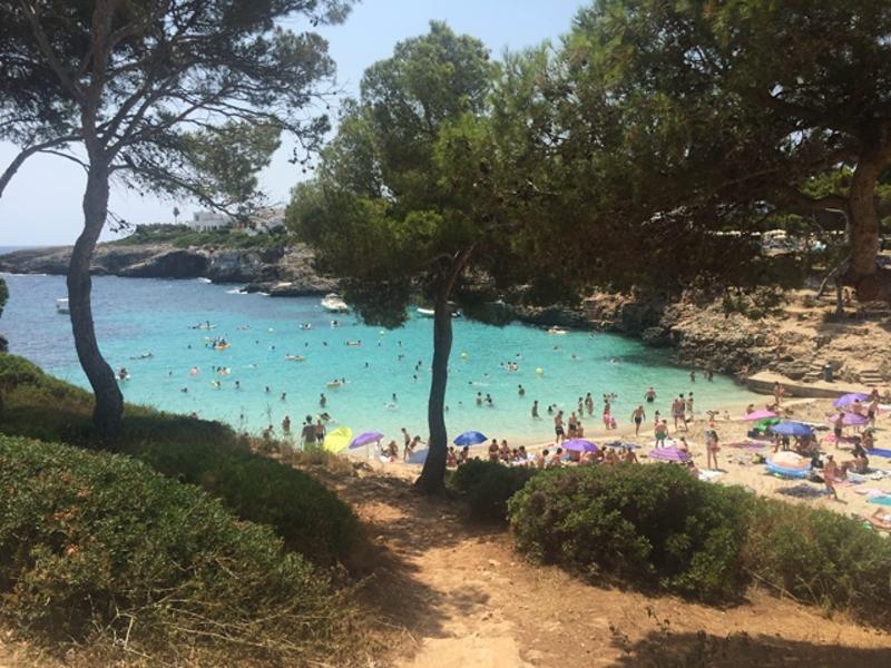 Der Strand der Cala Esmeralda auf Mallorca