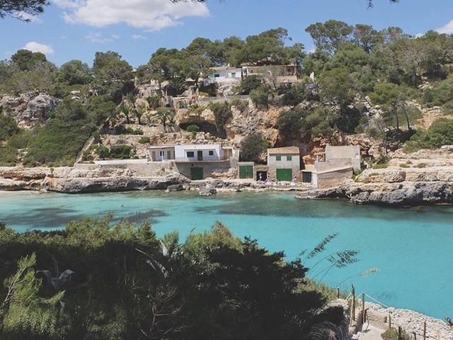 Die Cala Llombards liegt mit seinem Strand im Südosten von Mallorca