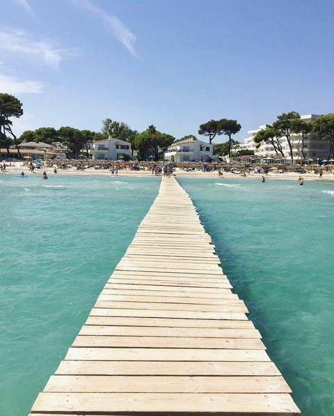 Holzsteg am Strand Playa de Muro auf Mallorca