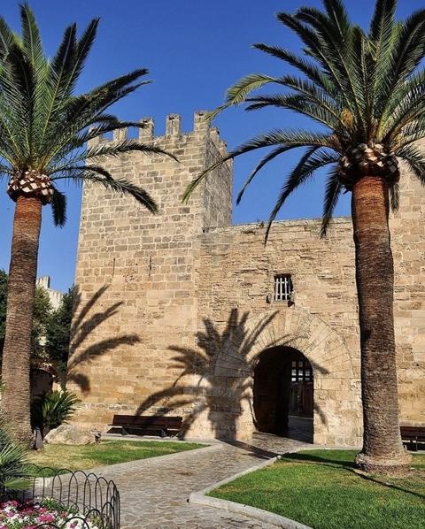 Tor in der alten Stadtmauer von Alcúdia