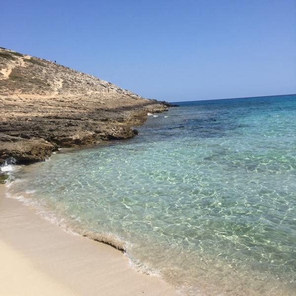 Felsen und Strand an der Cala Torta