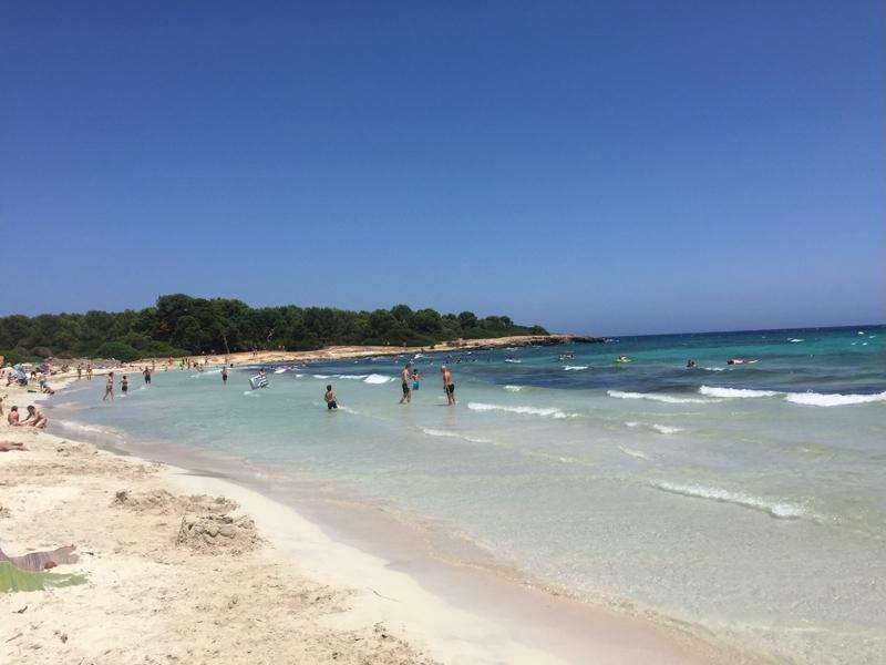 Blick von Strand Sa Coma auf Mallorca zur Halbinsel Punta de n'Amer