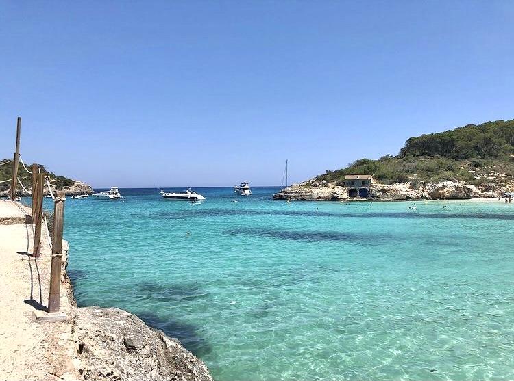Glasklares Meereswasser am Mallorca Strand S'Amarador